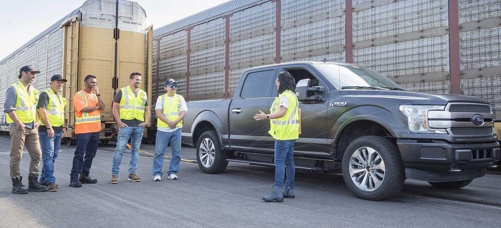 Tren Vs pick-up: la Ford F-150 eléctrica ya está aquí y se muestra imbatible en vídeo
