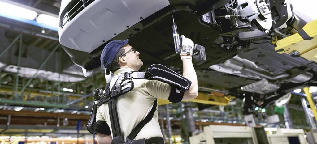 Ford ya fabrica coches en Valencia con operarios ataviados con exoesqueletos