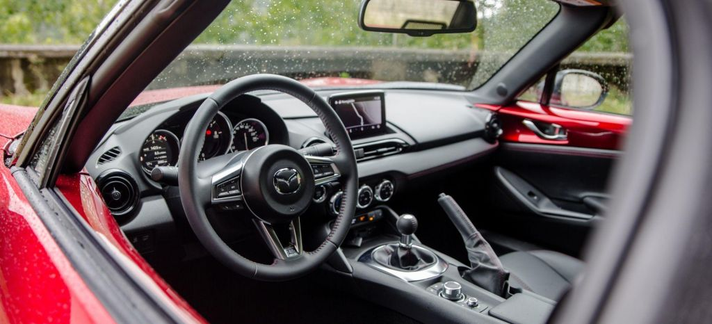 Si crees en el futuro del coche pasional y divertido… ¡compra cambios manuales!
