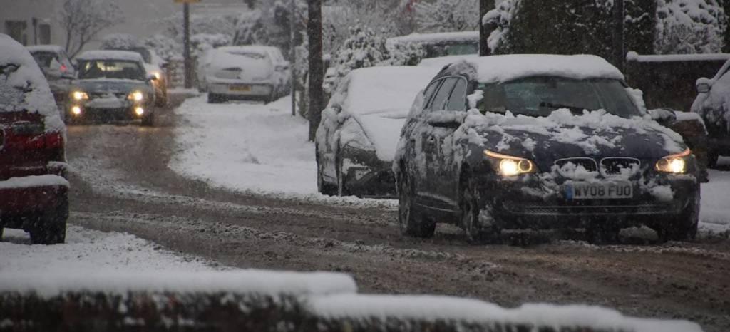 Por qué deberías quitar la nieve del techo de tu coche y cómo hacerlo sin destrozar la carrocería
