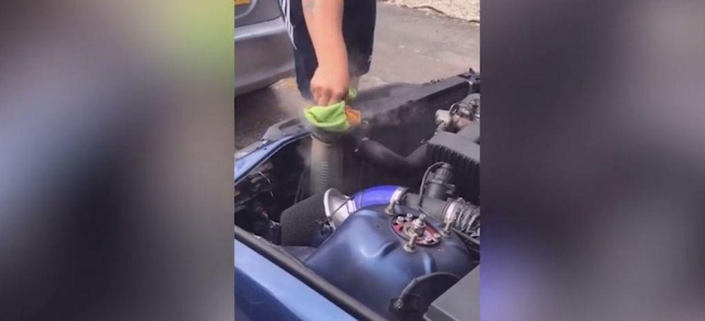 Por qué nunca debes destapar el radiador de un coche caliente, en vídeo