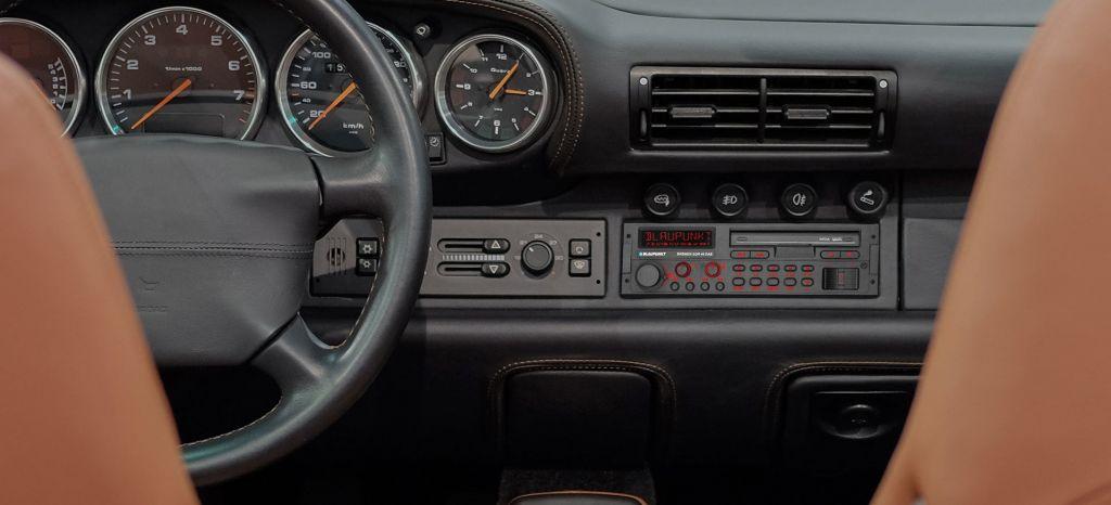 Cómo equipar tu coche clásico con una radio tradicional y tecnología del siglo XXI