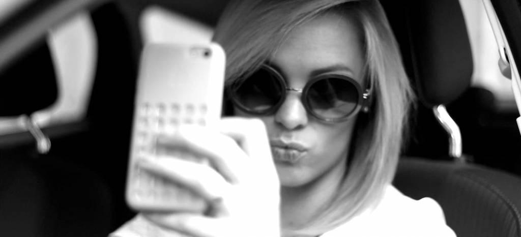 Utilizar el teléfono móvil en el coche costará la retirada del carné: Francia se pone firme contra las distracciones