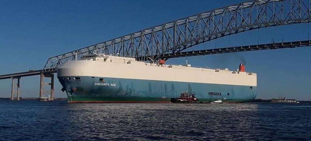 3.500 vehículos Nissan a la deriva en alta mar, tras incendiarse el barco que los transportaba