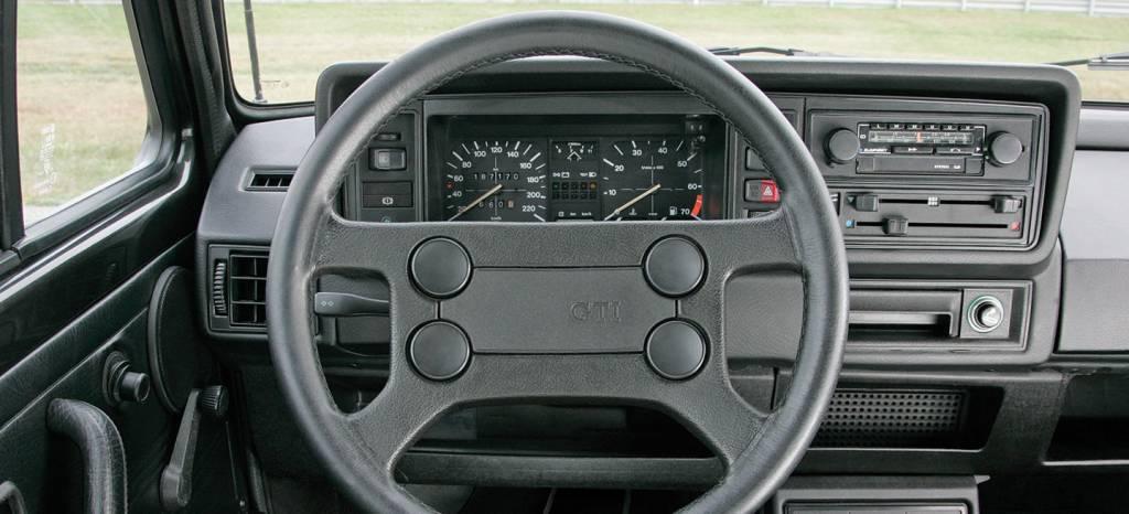 Un repaso a más de 40 años de Volkswagen Golf GTI y la evolución del interior de los coches en 11 fotos