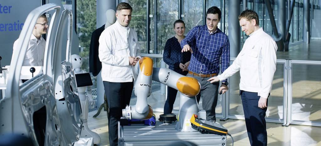Volkswagen estrena una chaqueta que enseña a los robots a moverse como humanos