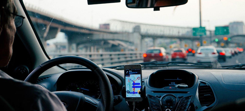 ¿Cómo tienes que utilizar el navegador del móvil para que sea legal y evitar una multa de 200 euros y 6 puntos?