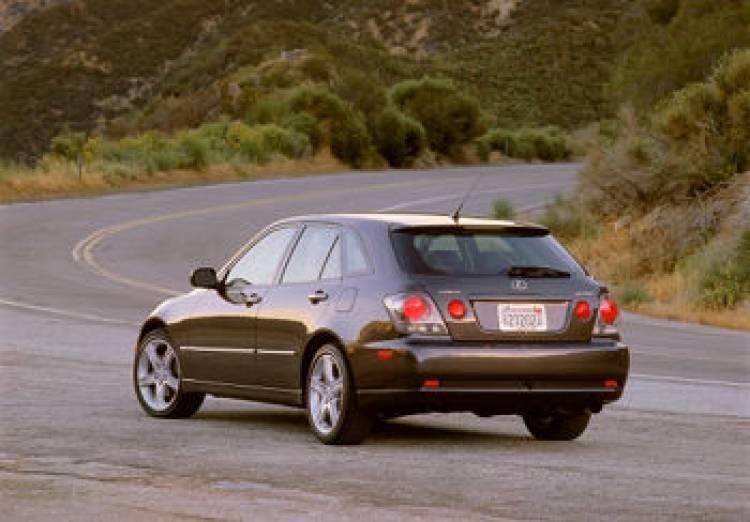 Lexus IS Sport Cross ¿el posible regreso del IS familiar?