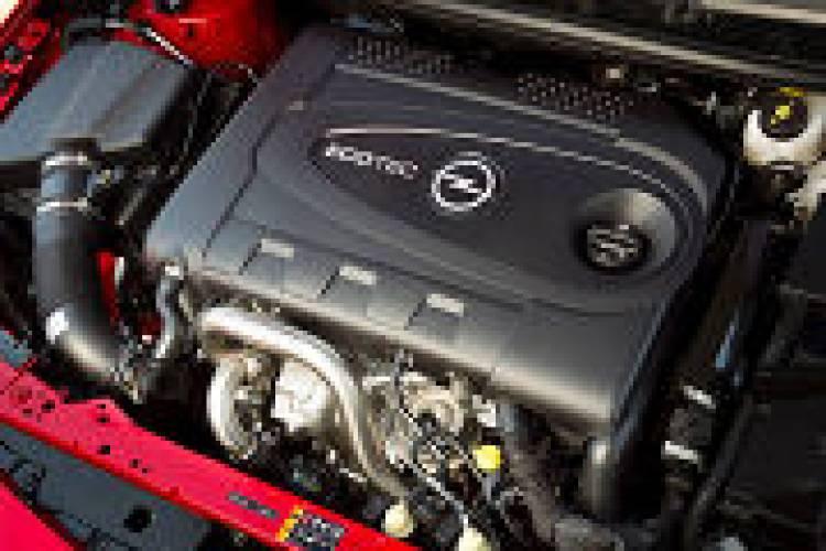 El descapotable de Opel derivado del Astra se deja ver todavía camuflado