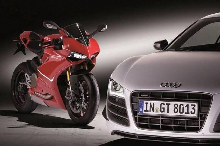 Die AUDI AG uebernimmt den traditionsreichen italienischen Hersteller von Sportmotorraedern Ducati Motor Holding S.p.A. mit Firmensitz in Bologna. Die Uebernahme soll schnellstmoeglich nach der kartellrechtlichen Freigabe erfolgen./Im Bild: Ducati 1199 Panigale S und Audi R8 GT