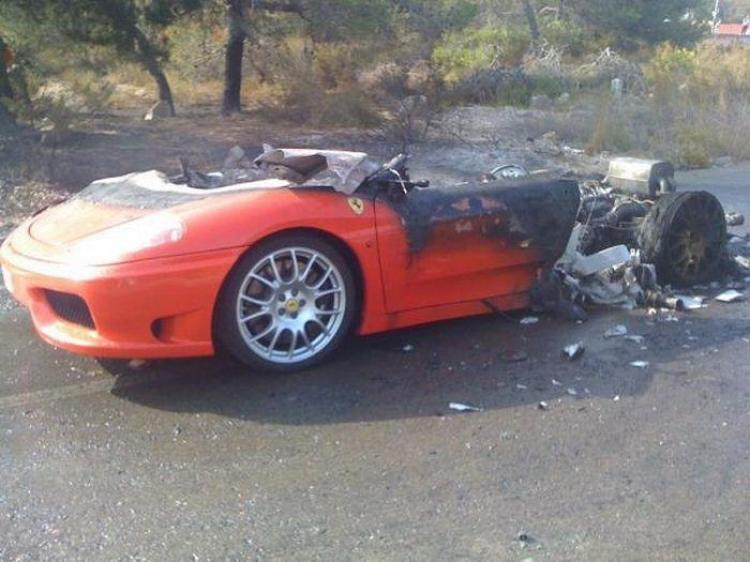 El Ferrari 360 Modena de Ever Banega, incendiado y devorado por las llamas