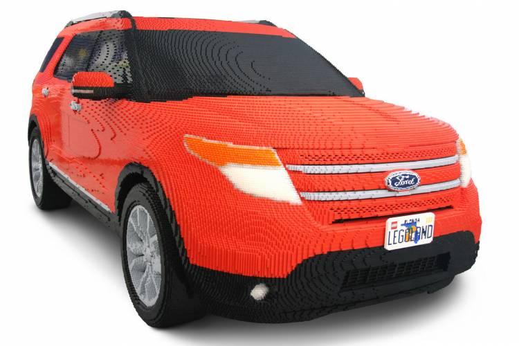 Un Ford Explorer 2012 realizado a base de piezas de LEGO
