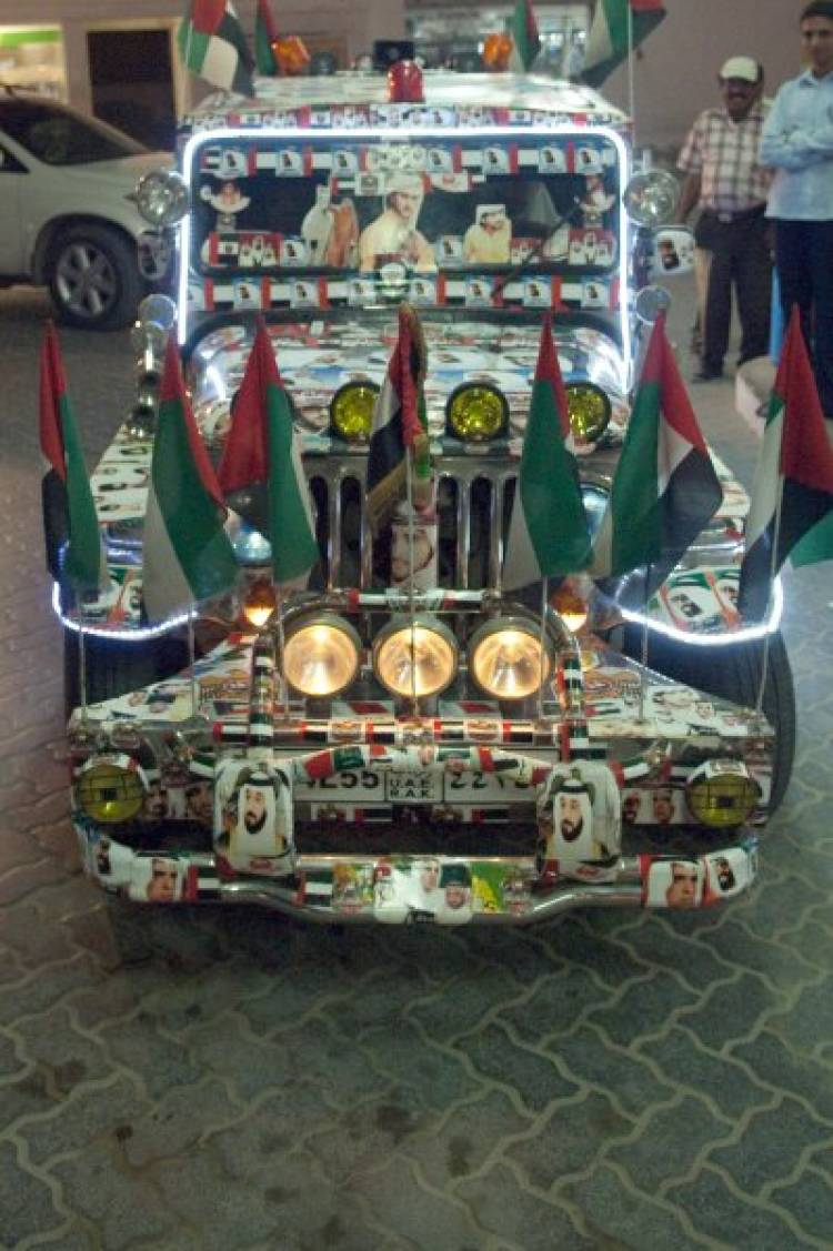 Jeepney con pegatinas de jeques árabes-9