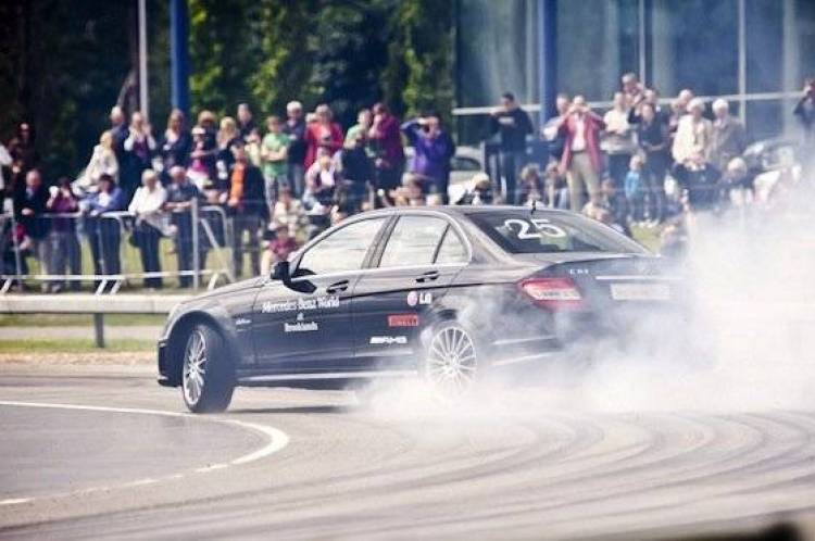 El drift más largo del mundo, a bordo de un Mercedes C63 AMG