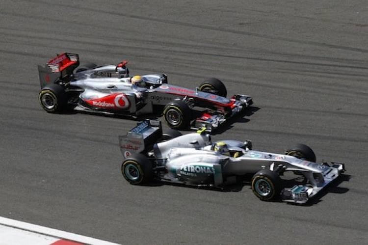 Nico Rosberg (Mercedes GP) adelanta a Jenson Button (McLaren) - GP de Turquía 2011