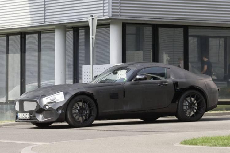 El Mercedes SLC posa aún camuflado ante la cámara