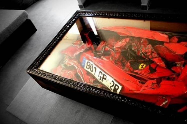 Mesa para salón con un Ferrari siniestrado en su interior, por Charly Molinelli