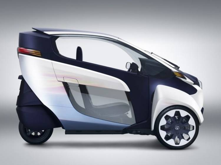 Toyota i-ROAD: la verdadera alternativa a scooters que no gira, se inclina