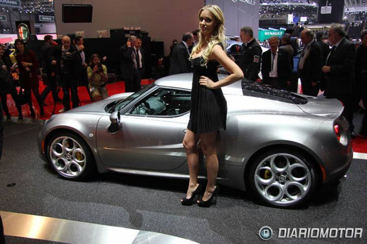 Azafata de Ginebra con el Alfa Romeo 4C