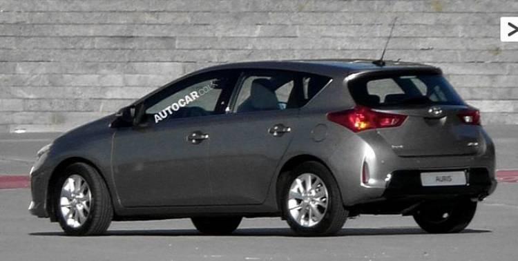 Toyota Auris 2013, cazado sin camuflaje alguno en vivo y en versión híbrida