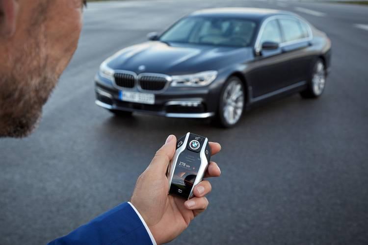 bmw-serie-7-2015-aparcamiento-control-distancia-03-1440px