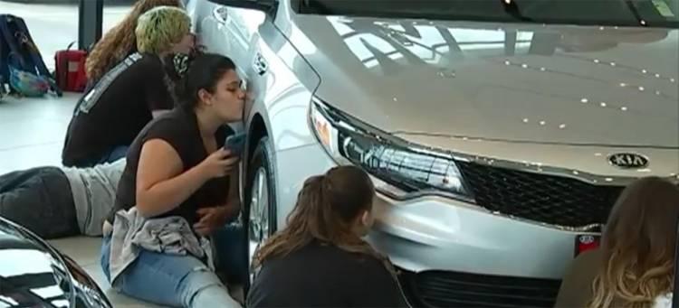 concurso-50-horas-besando-un-coche
