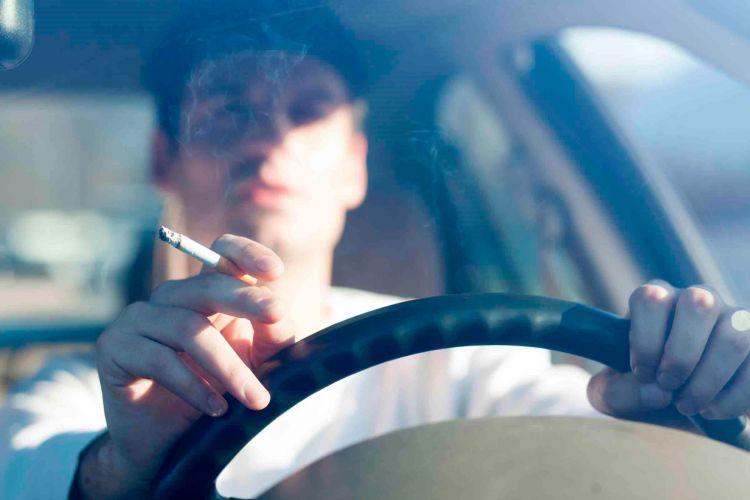 Dgt Multa Colilla Fumar Coche Conduciendo