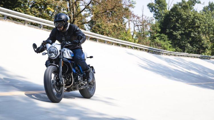 Ducati Scrambler Cafe Racer Ambience 01 Uc67947 High