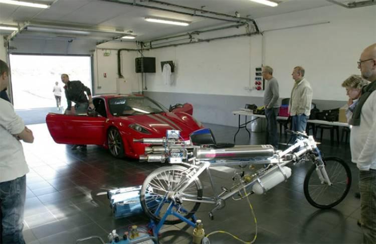 Ferrari y bicicleta a 333 km/h