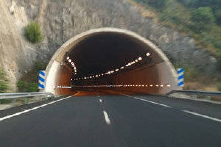 Túnel de carretera y autopista al atardecer