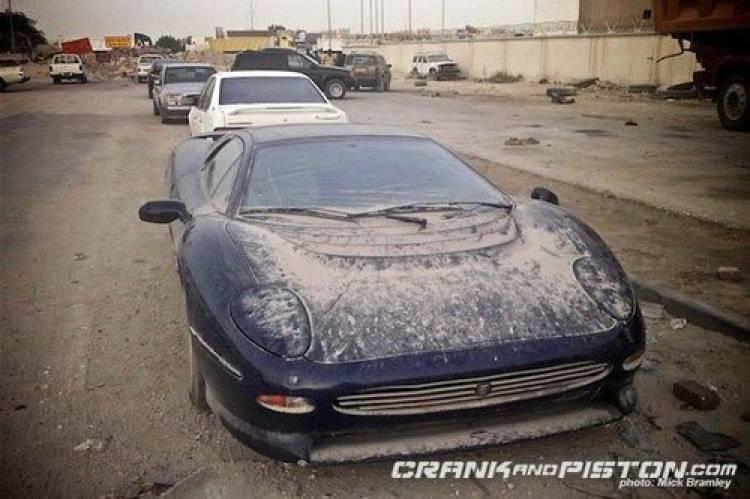 Triste y solo, un Jaguar XJ220 se pudre en Dubai