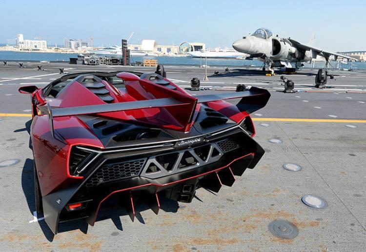 Lamborghini Veneno Roadster en un portaaviones