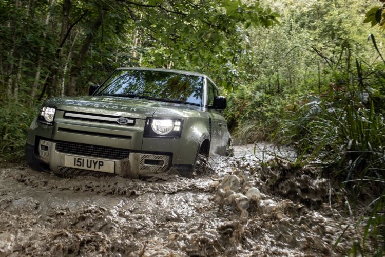 Land Rover Defender P400e 04