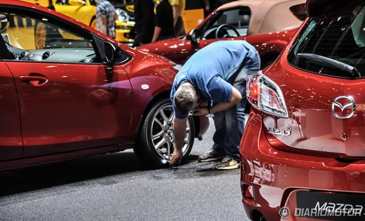 Periodistas y ayudantes mirando debajo de los coches en Ginebra