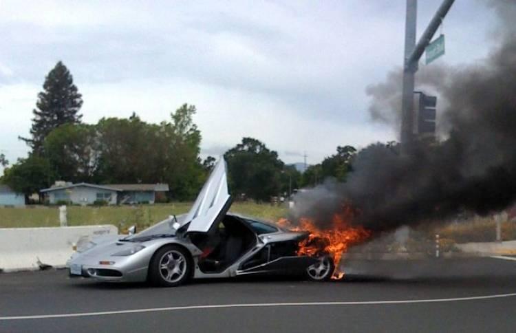 McLaren F1 ardiendo