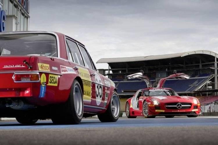 El Mercedes SLS AMG GT3 visita a su abuelo, el 300 SEL 6.8 AMG