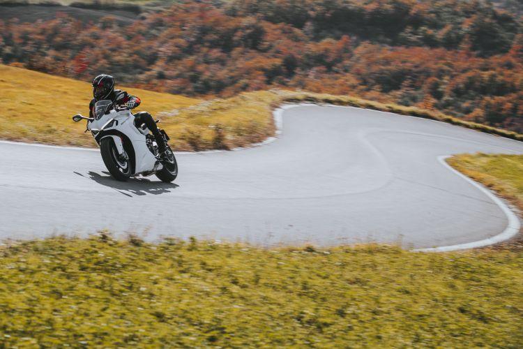 Moto Ducati Supersport 950 S64