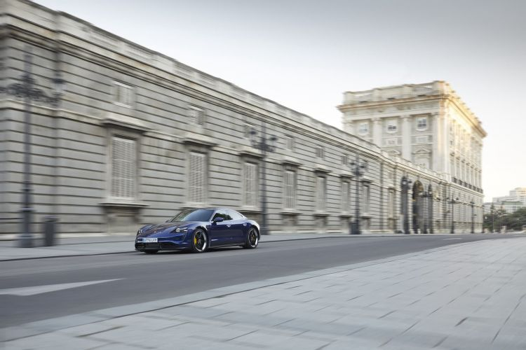 Porsche Taycan Azul Gentian 27