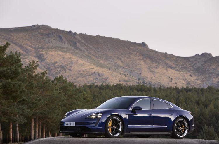Porsche Taycan Azul Gentian 55