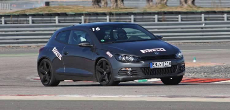 Presentación de los neumáticos Pirelli P Zero Silver en el circuito de Monteblanco: Volkwagen Scirocco en el circuito seco