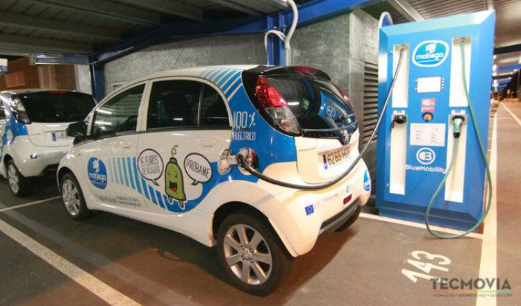 Punto de recarga eléctrica con un Peugeot iOn