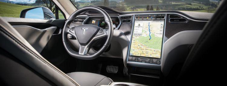 Tesla Elon Musk Semiconductores Crisis Model S Interior Pantalla