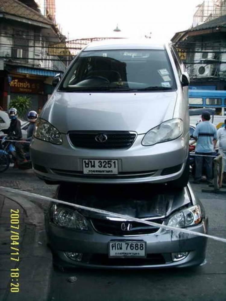 accidente en tailandia toyota corolla altis encima de un honda civic diariomotor. Black Bedroom Furniture Sets. Home Design Ideas