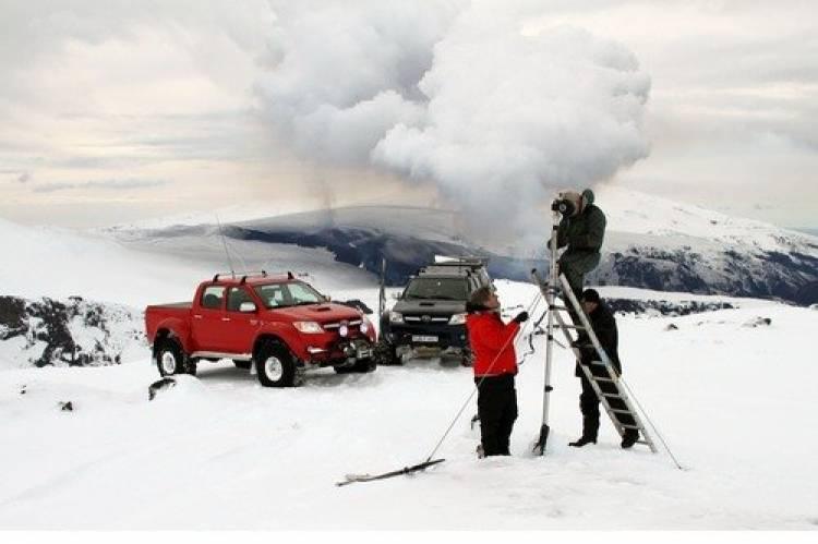 Top Gear sube a un volcán islandés, entra en erupción horas después