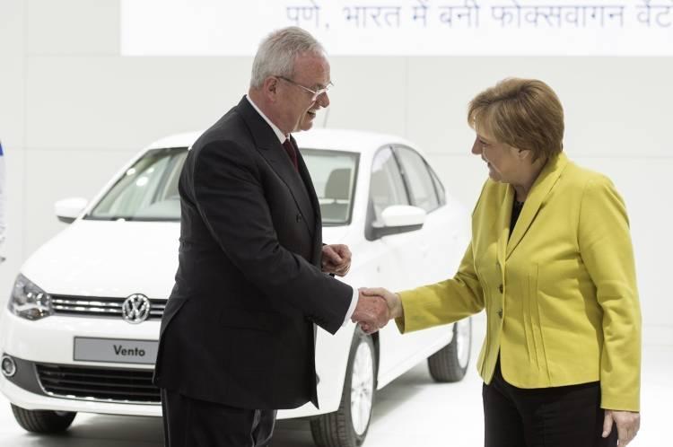 Prof Dr Martin Winterkorn Vorstandsvorsitzender der Volkswagen Aktiengesellschaft begruet Bundeskanzlerin Angela Merkel auf dem Volkswagen Stand der Hannover Messe Industrie 2015