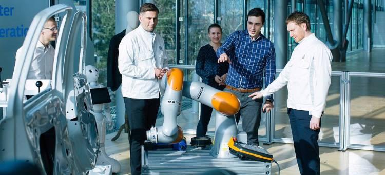 Innovative Sensorjacke trainiert Industrieroboter: Gl‰serne Manufaktur vereinbart Zusammenarbeit mit Dresdner Startup Wandelbots