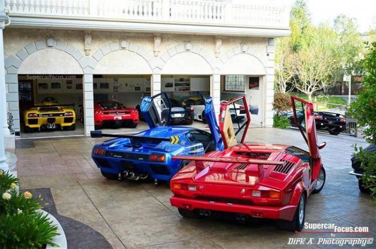 Un garaje de ensueño e inspiración italiana, repleto de Ferrari y Lamborghini