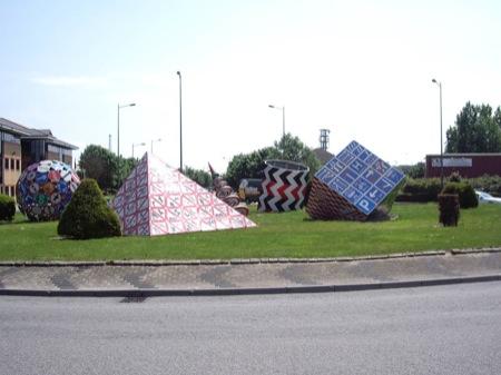 Rotonda con formas hechas de señales de tráfico