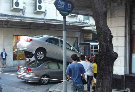 Accidente en Tailandia: Toyota Corolla Altis encima de un Honda Civic