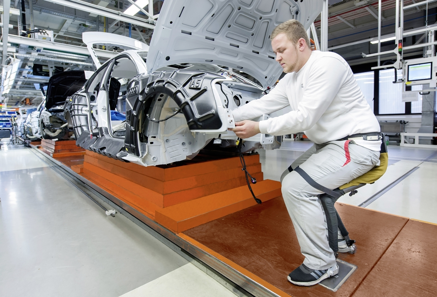Chairless Chair fuer verbesserte Ergonomie in der Audi-Produktion